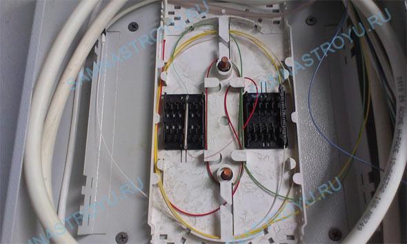 Абонентское волокно сварили с волокном со сплиттера и уложили в кассету